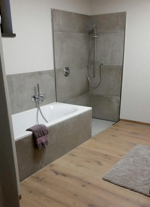 Badewanne Und Dusche In Grau Brauner Optik